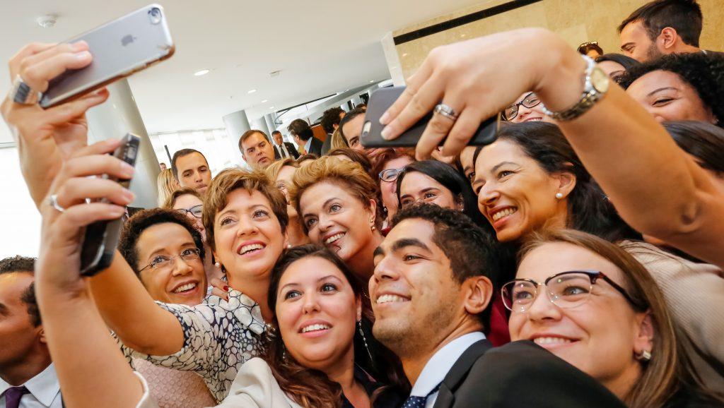 Dilma-Rousseff-selfie jornalistas_cafe-da-manha