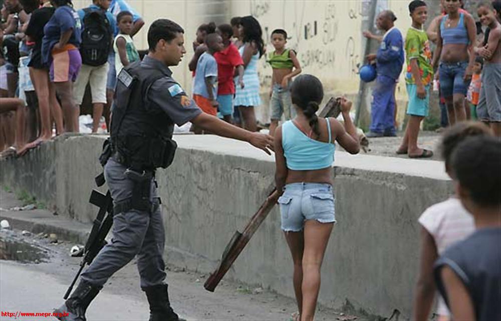 mulher_desafia_policial