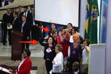 Márcia Tiburi ao lado de Dilma Rousseff expulsando uma mulher do Congresso