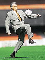 Milton Neves joga futebol