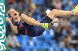 Renaud Lavillenie caindo nas Olimpíadas Rio 2016