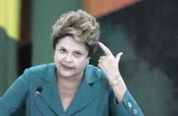 Dilma Rousseff aponta um revólver para a própria cabeça