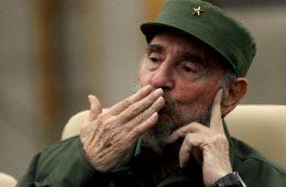 Fidel Castro, ditador socialista de Cuba, manda beijos.