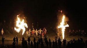 Ku Klux Klan queima cruz e suástica