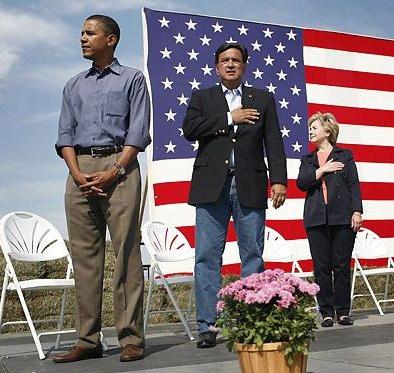 Barack Obama ouve hino americano com a mão no saco