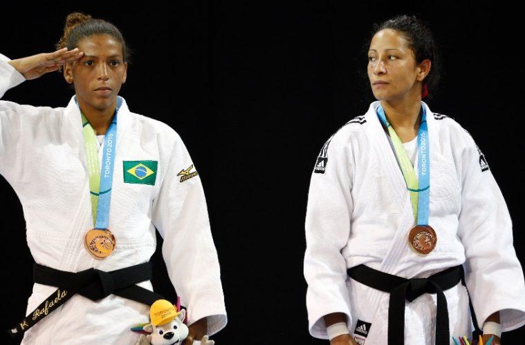 Rafaela Silva presta continência no pódio ao ganhar medalha de bronze
