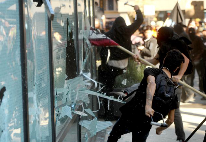 Black bloc no Occupy Wall Street. Violência contra bancos