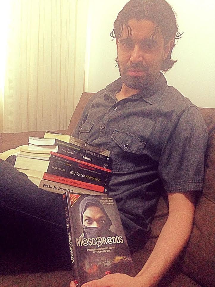 """Flavio Morgenstern com livros de esquerda, incluindo """"Mascarados: a verdadeira história dos black blocs"""", de Esther Solano, Bruno Paes Manso e Willian Novaes. Arquivo Pessoal."""