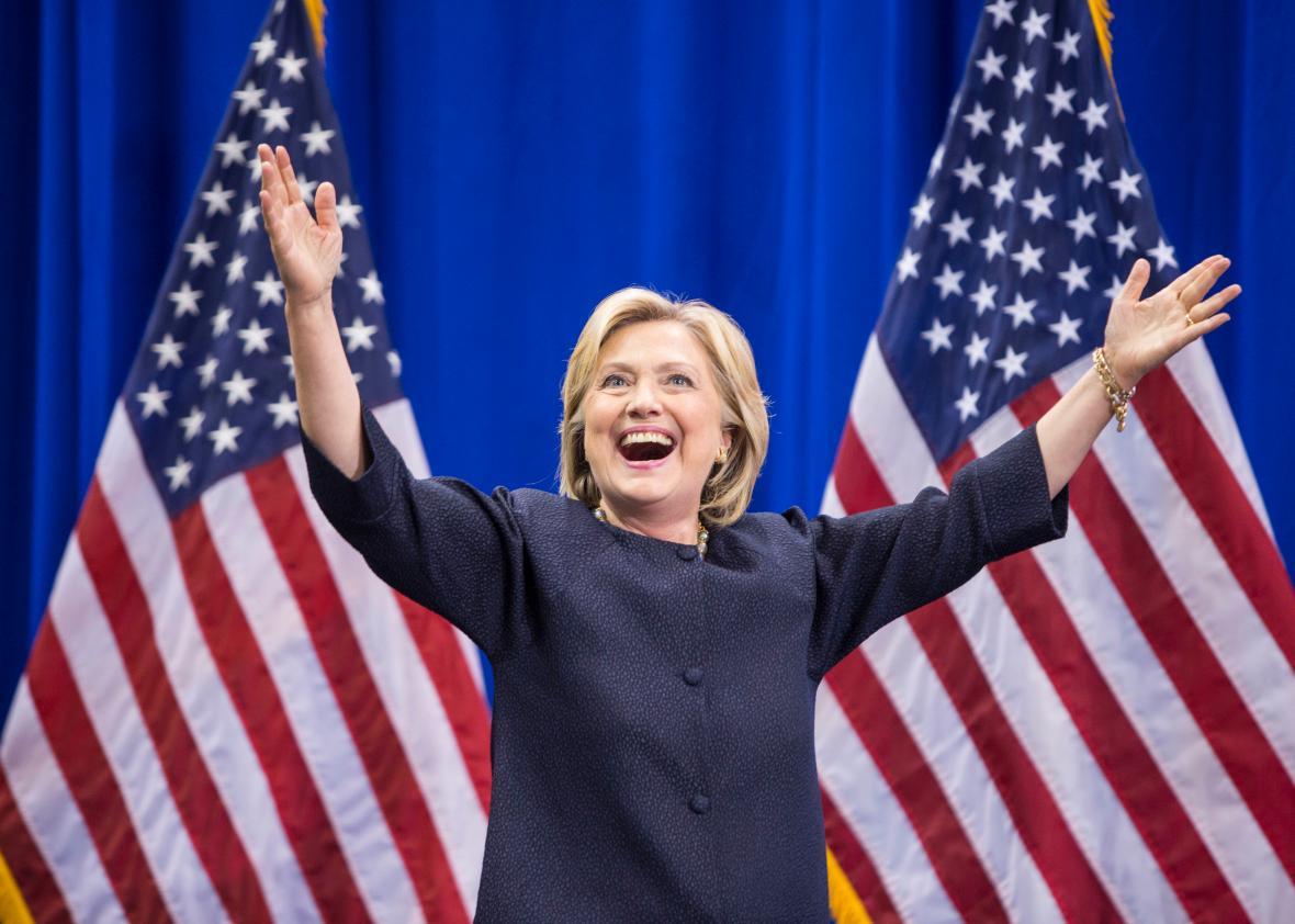 Hillary Clinton com asas de anjo com a bandeira americana