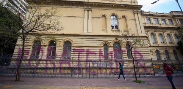 """Sede da Secretaria de Educação de São Paulo é pichada com os dizeres """"Fora Temer"""""""