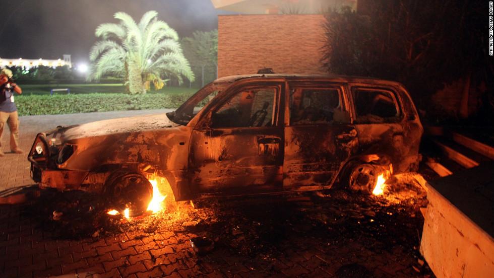 Atentado em Benghazi - carro em chamas