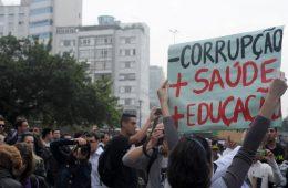 Cartaz: Menos Corrupção, Mais Saúde / Educação