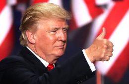 Donald Trump com bandeira americana e jóinha