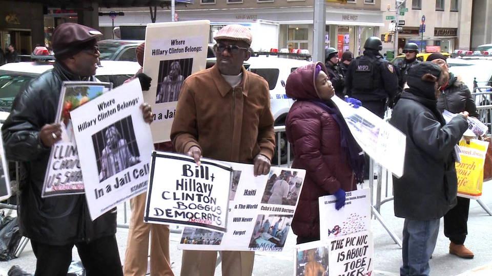 Haitianos protestam em Nova York perguntando onde foi parar o dinheiro dado a Bill e Hillary Clinton e sua Clinton Foundation