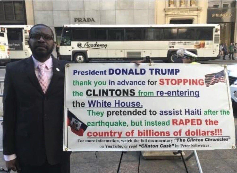 Protesto em Nova York a favor de Donald Trump e contra HIllary Clinton pelo Haiti