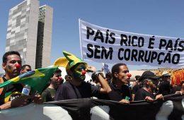 """Protesto contra corrupção. Cartaz """"País rico é país sem corrupção""""."""