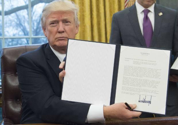 Donald Trump assina acordo para encerrar relações com o Acordo de Associação Transpacífico (TPP).