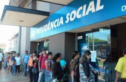 Fila de aposentados na Previdência Social