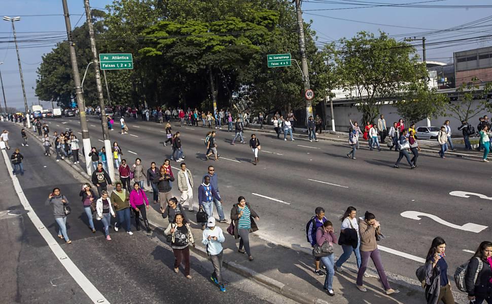 Protesto fecha Avenida das Nações Unidas em São Paulo