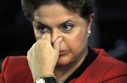 Dilma Rousseff prendendo o nariz.