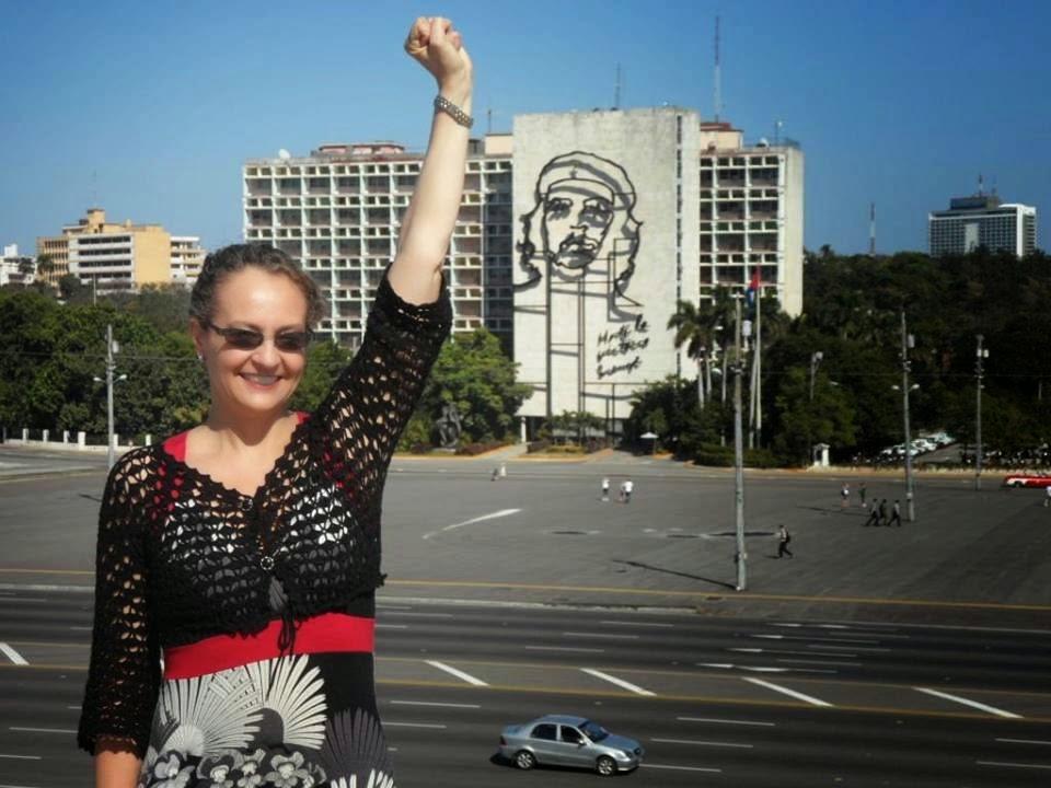 Luciana Genro saudando Che Guevara em Cuba