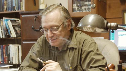 Olavo de Carvalho fumando