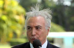 Michel Temer com cabelos em pé