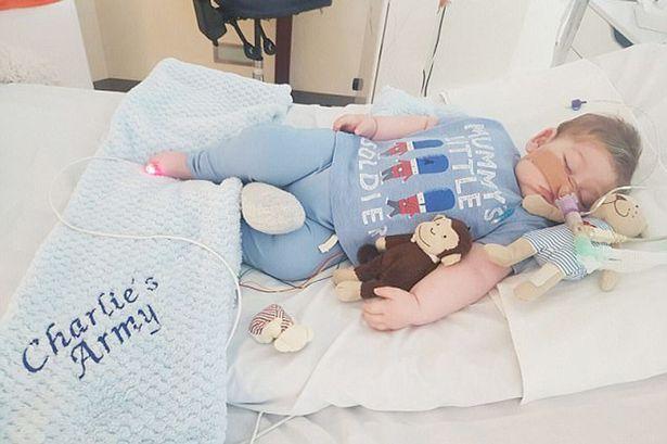 Bebê Charlie Gard morre na Inglaterra