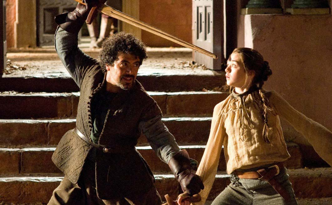 Arya Stark e Syrio Forel treinam espadas em Game of Thrones