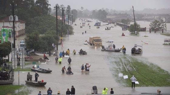 Dono de caminhonete se une a caminhões de ajuda no Texas