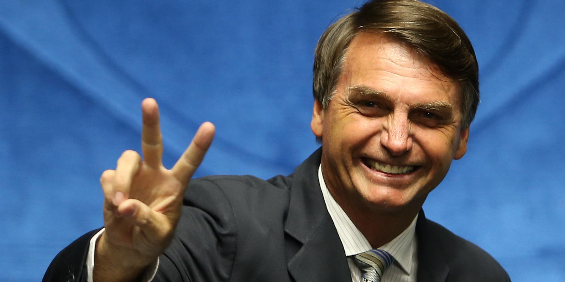 Jair Bolsonaro faz V de vitória