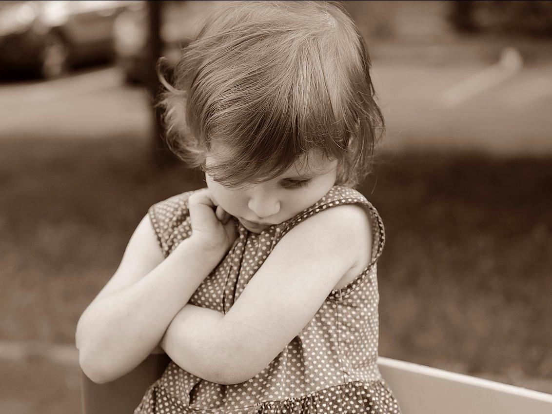 Menina recusando abraço