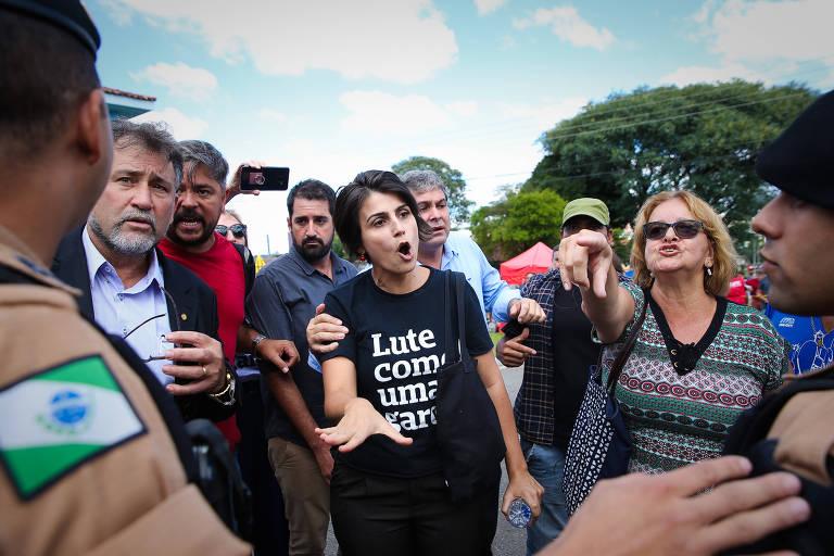 Manuela D'Ávila briga com apoiador de Bolsonaro