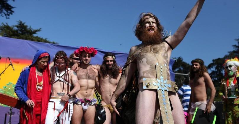 Gays imitam Jesus Cristo na Parada Gay