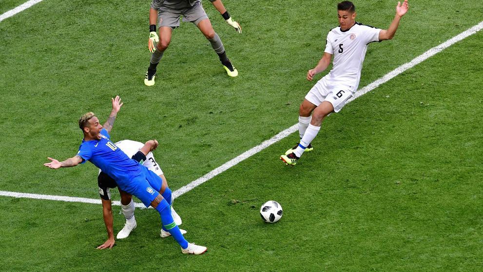 Neymar força pênalti contra a Costa Rica