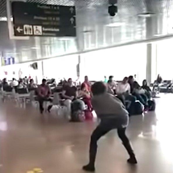 """Mulher bêbada ataca Bolsonaro no aeroporto e Mônica Bergamo solta """"fake news"""" sobre se esconder no banheiro"""