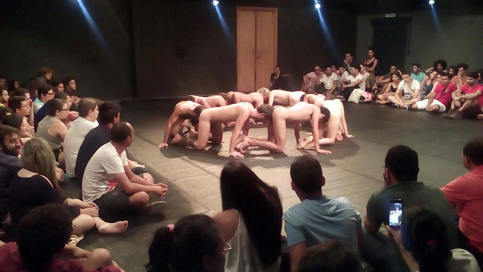 """Performance de artistas """"Macaquinhos"""""""