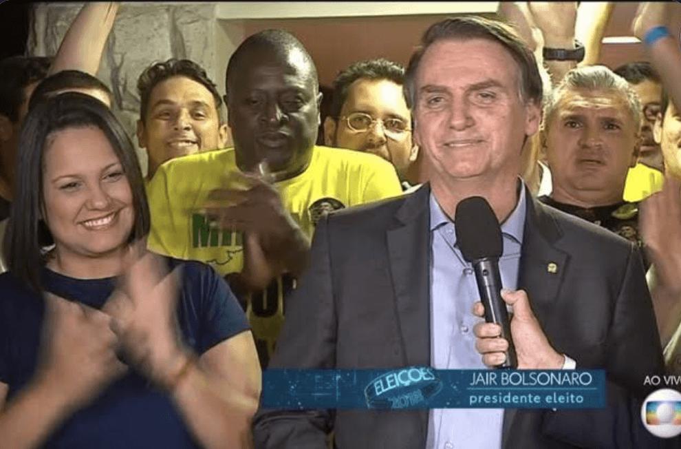 Hélio Bolsonaro sofre racismo por Marcelo D2