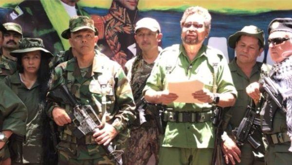 Líder das FARC e presidente esquerdista Juan Santos selam acordo de paz com a benção de Raul Castro