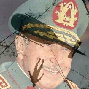Pinochet rindo de comunista voando de helicóptero