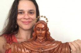 Janaína Conceição Paschoal com estátua de Jesus Cristo