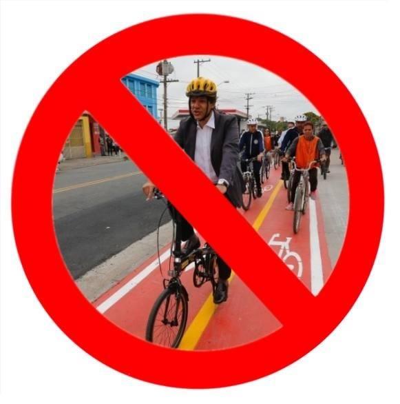Fernando Haddad andando de bicicleta numa ciclofaixa.