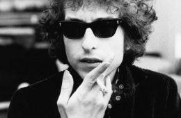 Bob Dylan fumando um cigarro