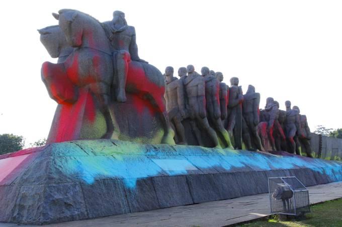 Pichação no Monumento às Bandeiras