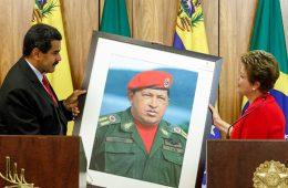 Nicolás Maduro dá quadro de Hugo Chavez a Dilma Rousseff