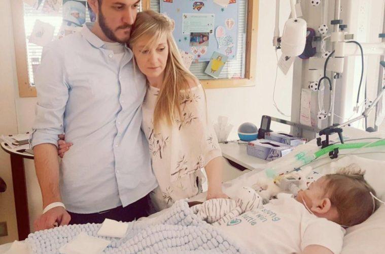 Charlie Gard e família, no hospital