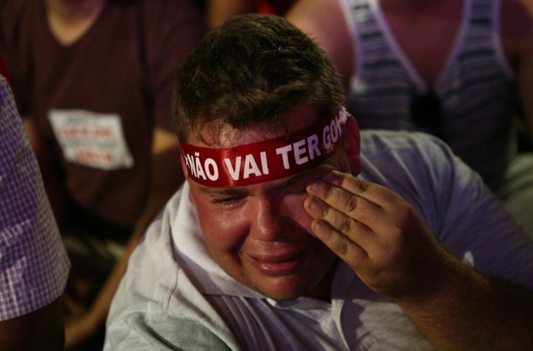 """Gordinho do """"Não vai ter golpe"""" chorando"""
