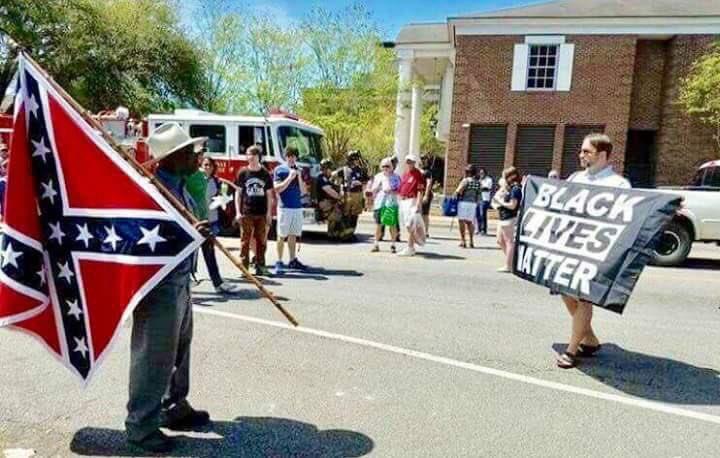 Negro com bandeira dos Confederados, branco com cartaz Black Lives Matter