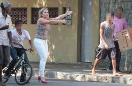 Policial mulher armada sai do carro e atira contra bandidos na favela da Telerj, no Rio de Janeiro