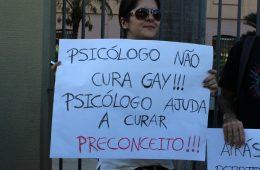 """""""Psicólogo não cura gay, cura preconceito"""" - cartaz"""